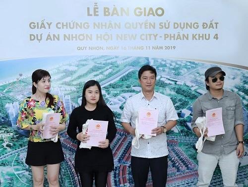 Những cư dân đầu tiên của Nhơn Hội New City nhận sổ đỏ - ảnh 1