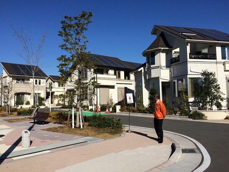 Một góc khu đô thị sinh thái Fujinawa với toàn bộ mái nhà của cư dân lợp tấm pin năng lượng mặt trời. Ảnh: AWS.