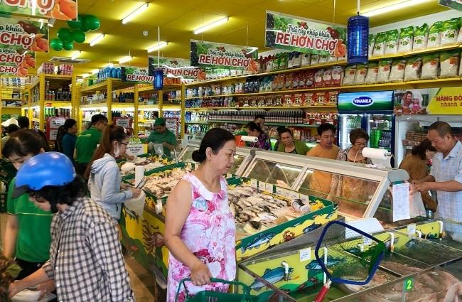 Khách hàng mua sắm tại cửa hàng Bách hoá xanh. Ảnh: Fanpage BHX.