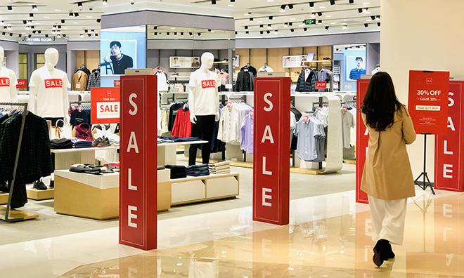 Một cửa hàng thời trang đang giảm giá tại trung tâm thương mại ở Trần Duy Hưng. Ảnh: Anh Tú
