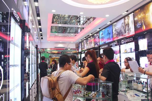 Không khí mua sắmcủa một cửa hàng Thế Giới Nước Hoa những ngày giảm giá đầu tiên.