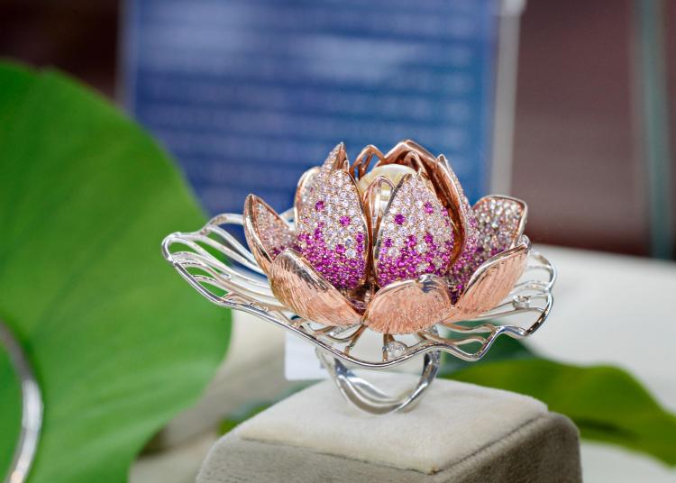 Tác phẩm Ngọc Liên Hoa đạt giải nhất tại cuộc thi Bàn tay vàng ngành kim hoàn 2019.