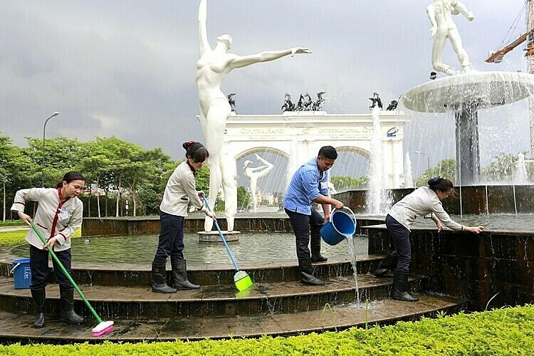 Nhân viên Pan Services Hà Nội thực hiện vệ sinh tại Khu đô thị Quốc tế Ciputra.  Pan Services Hà Nội cung cấp các dịch vụ vệ sinh công nghiệp pan 1574913436 5632 1574913546