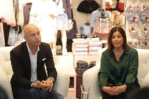 Ông Fredrik Famm và bà Anne Soderberg chia sẻ khi H&M mở cửa hàng tại Đà Nẵng. Ảnh: Thảo Đỗ
