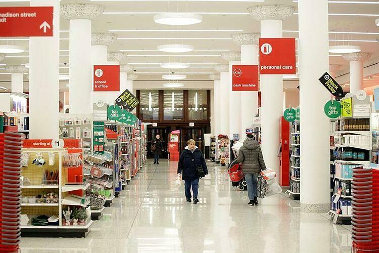 Người mua bên trong một siêu thị của Target tại Illinois ngày Black Friday hôm qua. Ảnh: Reuters