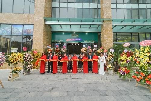 Đại diện Sim Island và các khách mời cắt băng khánh thành văn phòng kinh doanh tại Hà Nội.  Sim Island khai trương văn phòng trưng bày tại Hà Nội 1ewg 4530 1575260357