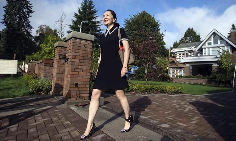 Giám đốc tài chính Huawei Mạnh Vãn Chu bên ngoài ngôi nhà đang bị quản thúc tại Canada hồi cuối tháng 9. Ảnh: AP