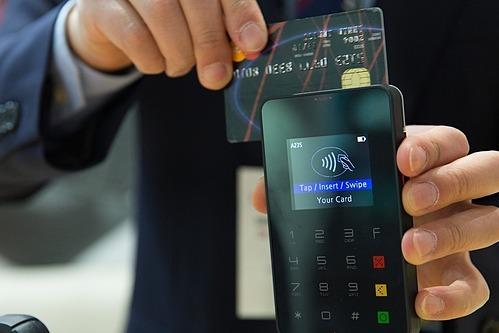 Xem lạithời hạn miễn phí thường niên hay ưu đãi lãi suất các thẻ tín dụng. Ảnh mnh họa: Pixabay