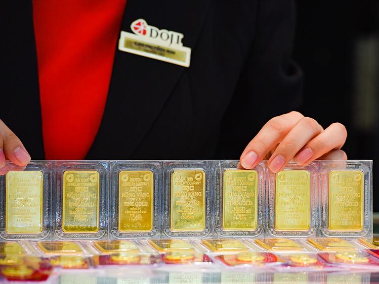 Giao dịch vàng miếng tại DOJI. Ảnh: PV.
