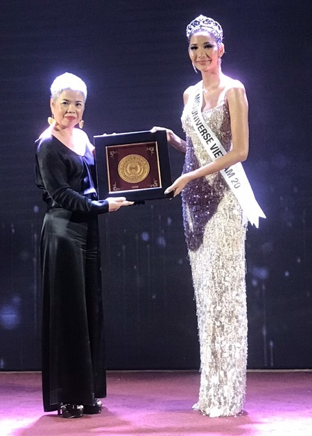 Đại diện của Prima trao tặng Trống đồng Đông Sơn cho Á hậu Hoàng Thùy tham dư cuộc thi Miss Universe 2019.
