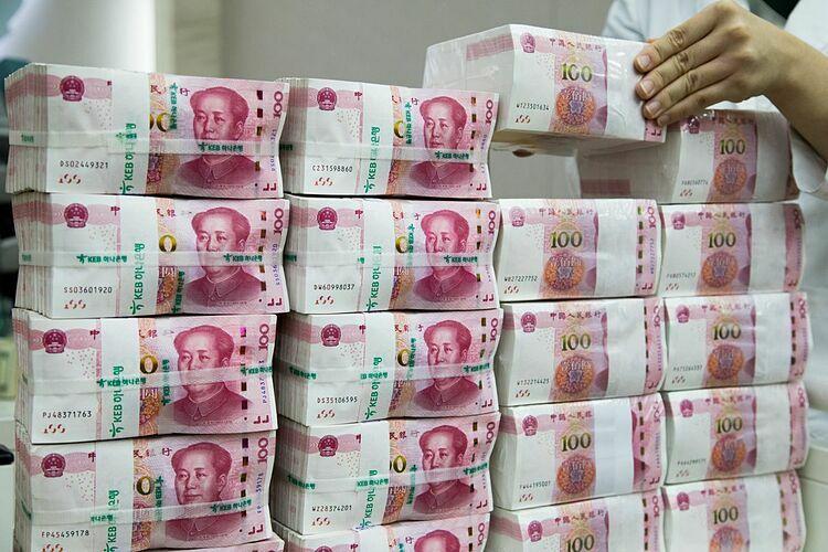 Các tệp tiền 100 nhân dân tệ trong một ngân hàng Trung Quốc. Ảnh: Bloomberg