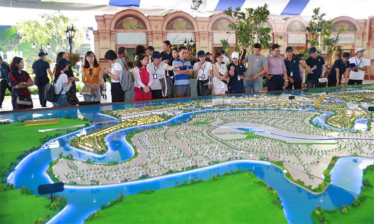 Aqua City có đa dạng sản phẩm như nhà phố, biệt thự song lập - đơn lập, nhà phố thương mại (shophouse)... cùng chuỗi tiện ích nội khu hiện đại như trung tâm thương mại, trường học, khu vui chơi giải trí, thể dục thể thao...  Khu đô thị sử dụng tối đa công nghệ sạch, năng lượng xanh trong xây dựng và vận hành, đem lại chất lượng sống cao cho cư dân và thân thiện môi trường.
