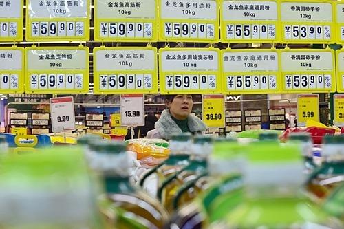 Một người mua hàng trong một siêu thị ở Hàm Đan, Hà Bắc, Trung Quốc. Ảnh: Reuters