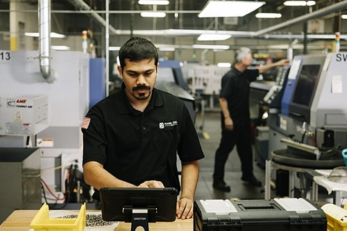 Anh Rachith Thipperi, mộtcông nhân trình độ thạc sỹ trong nhà máy tại Chicago. Ảnh: WSJ