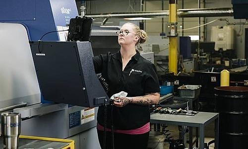 Cô Stacy Czyzewski làm việc trong nhà máy Pioneer. Ảnh: WSJ