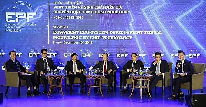 Lãnh đạo Vụ Thanh toán (Ngân hàng Nhà nước), đại diện các ngân hàng chia sẻ về quá trình chuyển đổi thẻ chip. Ảnh: VET