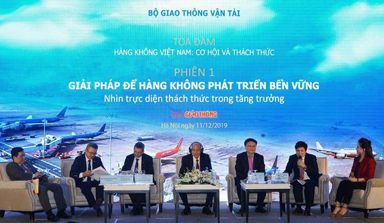 Các diễn giả trao đổi tại toạ đàm hàng không sáng 11/12. Ảnh: KL  'Thời gian bay Hà Nội – TP HCM mỗi tháng dài thêm 5 phút' sukien 9308 1576037481