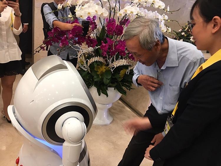 Ngân hàng Việt đầu tiên có robot phục vụ - ảnh 1
