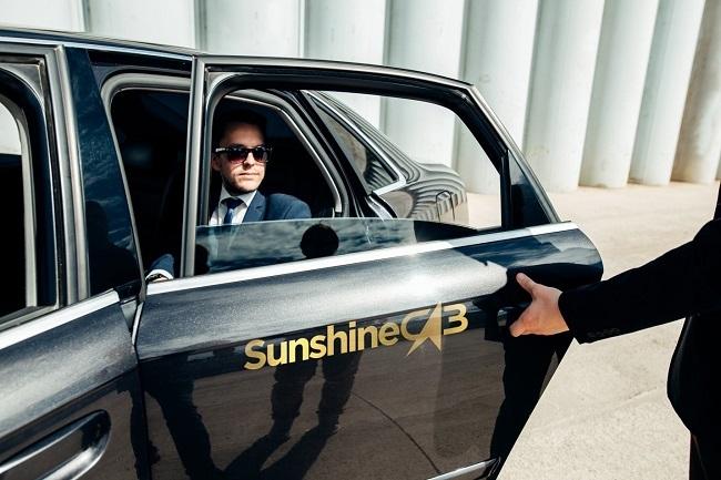 Hệ thống quản trị dữ liệu thông minh đóng vai trò hỗ trợ khi công nghệ kết hợp với toàn bộ hệ thống tiện ích của Sunshine Diamond River như thương mại, mua sắm dịch vụ, bể bơi, spa, sauna, gym, khu thể thao, khu vui chơi của trẻ em. Chỉ cần vài thao tác trên điện thoại, cư dân có thể đặt hàng mang tới tận nhà, đặt điểm vui chơi, mua vé xem phim thông qua ứng dụng Sunshine Home hoặc dịch vụ gọi xe sang Sunshine Cab với đội ngũ lái xe chuyên nghiệp. Với vài điểm chạm trên ứng dụng điện thoại, cư dân có thể đáp ứng các yêu cầu về sửa chữa kỹ thuật, sửa điện, truyền hình, giúp việc, dọn vệ sinh, giặt ủi, thanh toán các hóa đơn dịch vụ.