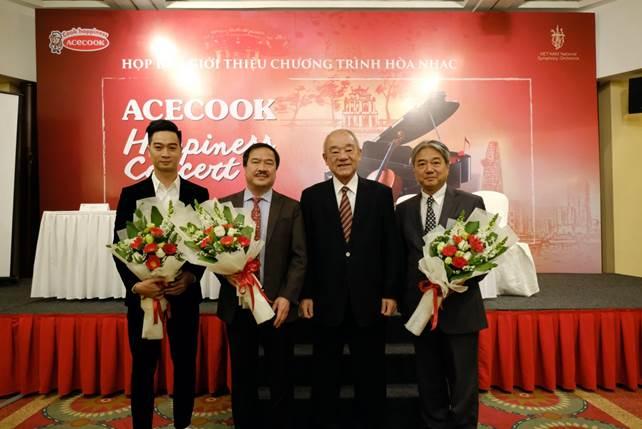 Tổng giám đốc Acecook Vietnam tặng hoa và chụp hình cho Slim V (ngoài cùng bên trái), Giám đốc nhà hát VNSO và nhạc trưởng Honna Tetsuji (ngoài cùng bên phải).