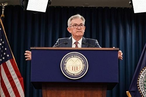 Chủ tịch Fed Jerome Powell thông báo hạ lãi suất. Ảnh: Reuters