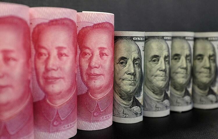 Tiền nhân dân tệ của Trung Quốc và đôla Mỹ. Ảnh: Reuters