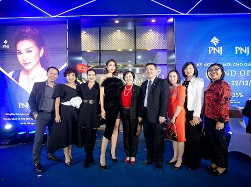 Đại diện PNJ chụp hình tại cửa hàng PNJ Next đầu tiên tại Hà Nội