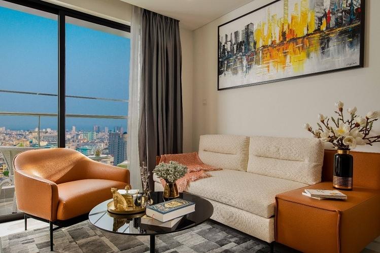 Mỗi không gian trong căn hộ Premier Sky Residences đều có tầm nhìn hướng biển hoặc cảnh toàn thành phố. Cửa kính lắp đặt trong căn hộ là loại kính 2 lớp, kèm nhôm Huyndai và sơn chống ăn mòn muối biển giúp đảm bảo độ bền và an toàn tối đa cho căn hộ.  Thiết kế nội thất bên trong căn hộ mặt tiền biển Đà Nẵng 2 2 6484 1576639996