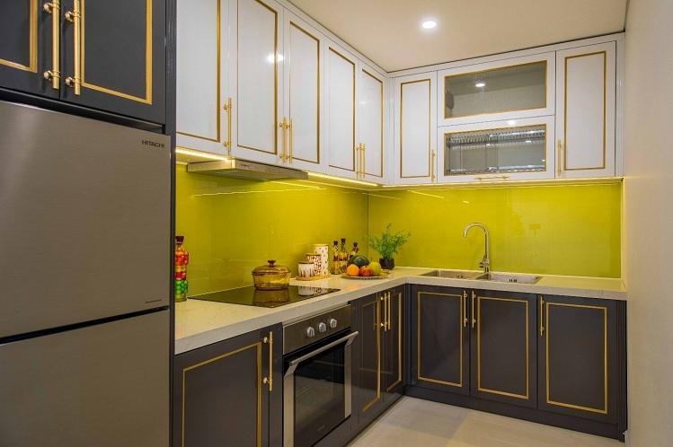 Căn bếp được ví như trái tim của ngôi nhà. Đó là nơi yêu thương được lan tỏa và đong đầy qua những bữa cơm gia đình. Hiểu được tâm tư đó, mọi thiết bị bếp đều được chủ đầu tư Minh Đông lựa chọn từ thương hiệu Bosch và Hafele danh tiếng của Đức với chất liệu thép và crome cao cấp. Đặc biệt, bếp từ 3 vùng nấu của Bosch hoạt động trên nguyên lý làm nóng bằng sóng điện từ, trong quá trình hoạt động bếp không thải khí độc, không làm nóng không gian bếp, đảm bảo an toàn cho người dùng và sự thoáng mát, sạch sẽ cho căn bếp.  Thiết kế nội thất bên trong căn hộ mặt tiền biển Đà Nẵng 7 2 6735 1576639998