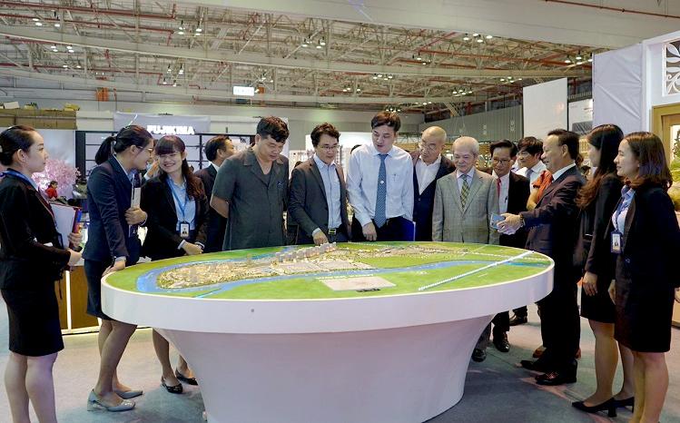 Khách tham quan một khu trưng bày mô hình sản phẩm tại triển lãm.