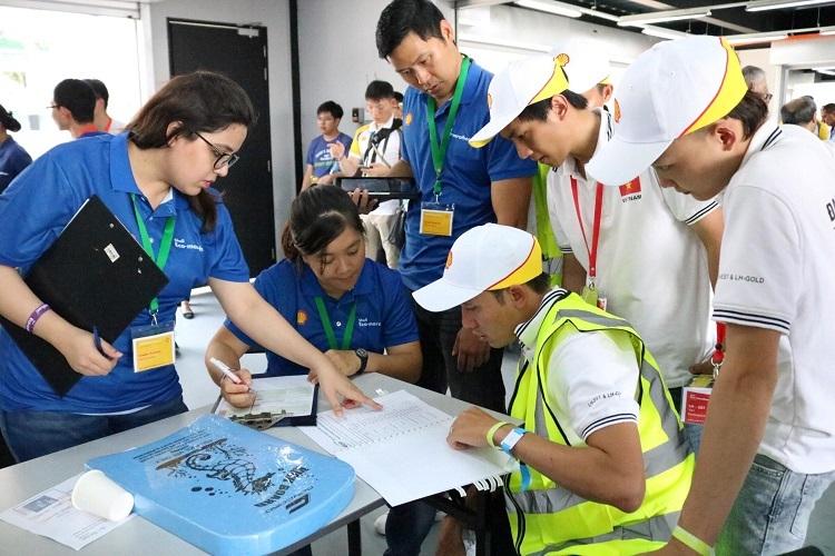 Đội sinh viên ĐH Lạc Hồng(áo trắng) tại cuộc thiShell Eco-marathon châu Á.