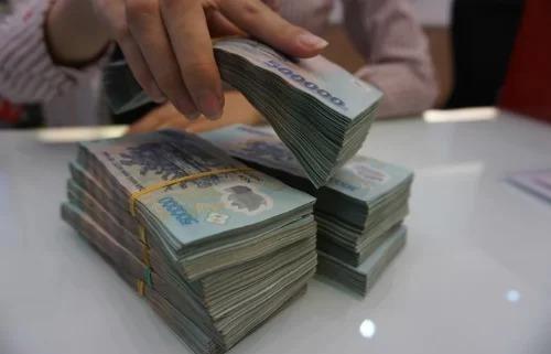 Giao dịch tại một ngân hàng ở Việt Nam. Ảnh: Anh Tú