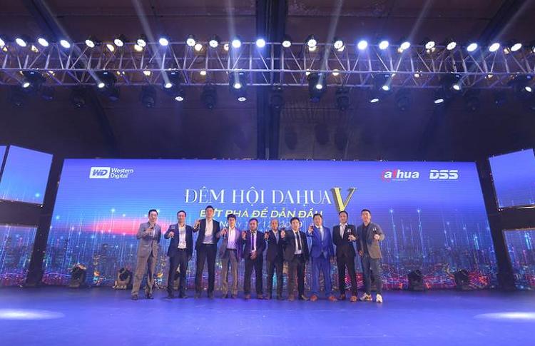 Với chủ đề Bứt phá để dẫn đầu đêm tiệc tri ân diễn ra tại Trung tâm Hội nghị Quốc Gia, hôm 18/12. Chương trình có sự tham gia của 1.800 khách mời là khách hàng và đại lý của công ty trên toàn quốc. Ban tổ chức đã vinh danh 11 doanh nghiệp xuất sắc, có nhiều đóng góp trong lĩnh vực CCTV (Closed Circuit Televison) của Việt Nam. Ban lãnh đạo DSS Việt Nam cùng các đối tác khai tiệc đêm hội.