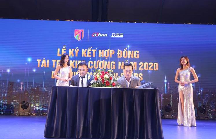 Chương trình bao gồm nhiều hoạt động ý nghĩa. Nổi bật là lễ ký kết hợp đồng tài trợ kim cương của Công ty Cổ phần Công nghệ DSS Việt Nam với Câu lạc bộ bóng đá nghệ sĩ (V-Stars) để triển khai các hoạt động thiện nguyện trên toàn quốc.  Ngay tại sự kiện, Công ty cổ phần DSS Việt Nam đã ký hợp đồng tài trợ kim cương trong các hoạt động thiện nguyện trên toàn quốc của CLB bóng đá nghệ sĩ V-Stars. Ông Bùi Văn Minh - Tổng giám đốc Công ty Cổ phần Công nghệ  DSS Việt Nam và NSND Hoàng Dũng - Chủ tịch CLB V-Stars ký kết hợp đồng.