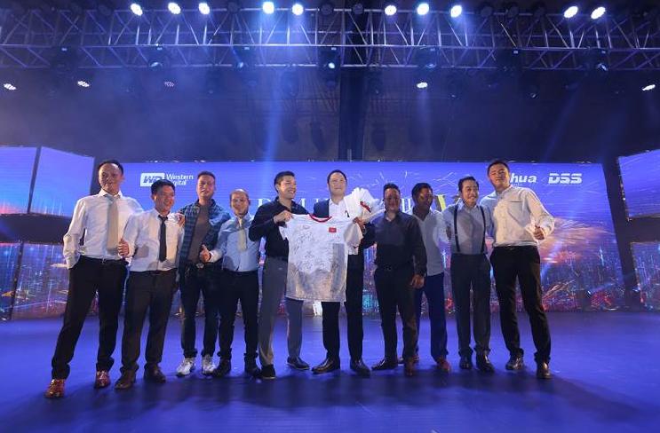 Đêm hội đã tổ chức đấu giá chiếc áo bóng đá có chữ ký của các cầu thủ đội tuyển U22 Việt Nam. Kết thúc màn đấu giá, chiếc áo thuộc về đại diện Công ty Phúc Bình (Hà Nội), với mức giá đưa ra là 296 triệu đồng.