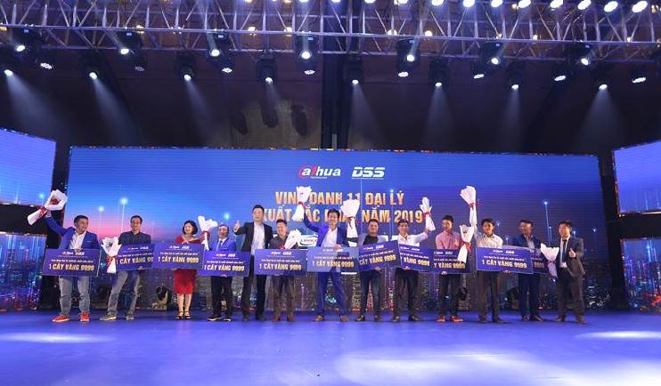 Tại đêm hội, Ban tổ chức cũng vinh danh 11 doanh nghiệp xuất sắc, có nhiều đóng góp trong lĩnh vực CCTV của Việt Nam. Ông Vũ Việt Dũng - Chủ tịch HĐQT Công ty Cổ phần Công nghệ DSS Việt Nam và ông Jame Cui - Giám đốc tại khu vực Đông Nam A và Dahua Technology tặng hoa và quà cho cácdoanh nghiệp - đại lý xuất sắc nhất năm 2019.