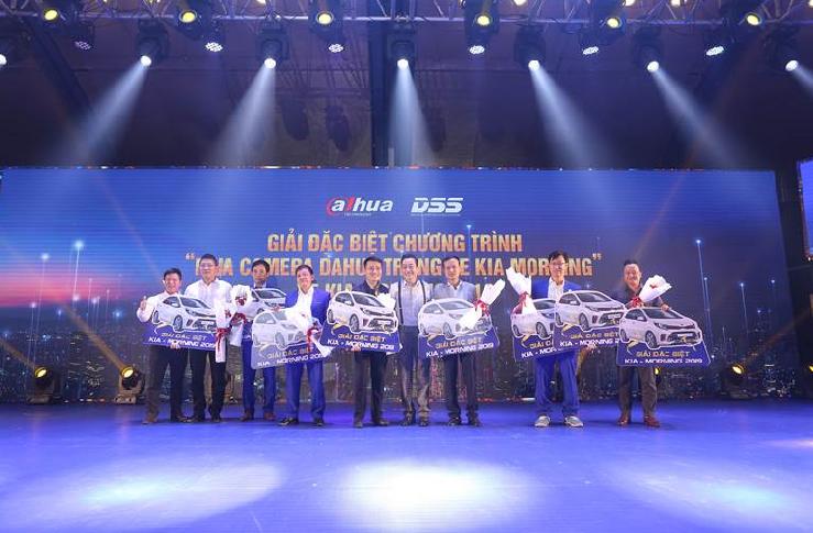 Ban tổ chức dành tặng nhiều phần quá giá trị cho khách hàng: 9 xe Kia Moring tặng khách hàng trúng thưởng chương trình Mua Camera Dahua trúng xe Kia Morning. Ngoài ra còn 6 xe Honda SH và 12 xe Vinfast được trao tận tay khách hàng.