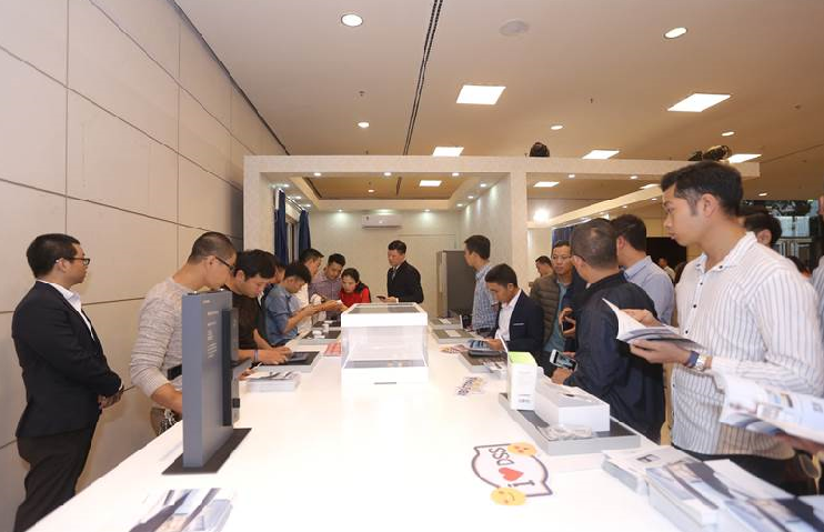 Đêm hội Dahua V - Bứt phá để dẫn đầu còn có triển lãm trưng bày sản phẩm giám sát an ninh và các boot công nghệ trải nghiệm với các thiết kế hiện đại, tối ưu hóa tiện ích cho người sử dụng. Theo DSS Việt Nam, với sự phát triển công nghệ trí tuệ nhân tạo,ngành giám sát an ninh tại Việt Nam có nhiềutiềm năng cho các nhà đầu tư trong và ngoài nước. Các khách mời trải nghiệm nhà thông minh sử dụng các thiết bị điều khiển bằng giọng nói, tiện lợi và hiện đại. Ngoài ra, giải tennis toàn quốc cúp Dahua -DSS mở rộng cũng là điểm nhấn trong sự kiện. Đây là giải đấu dành cho cộng đồng thành viên trong lĩnh vực CCTV trên toàn quốc và các đại lý thân thiết của Dahua – DSS.