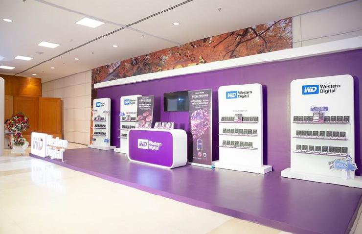 Booth trưng bày của Western Digital với màu tím đặc trưng nổi bật.