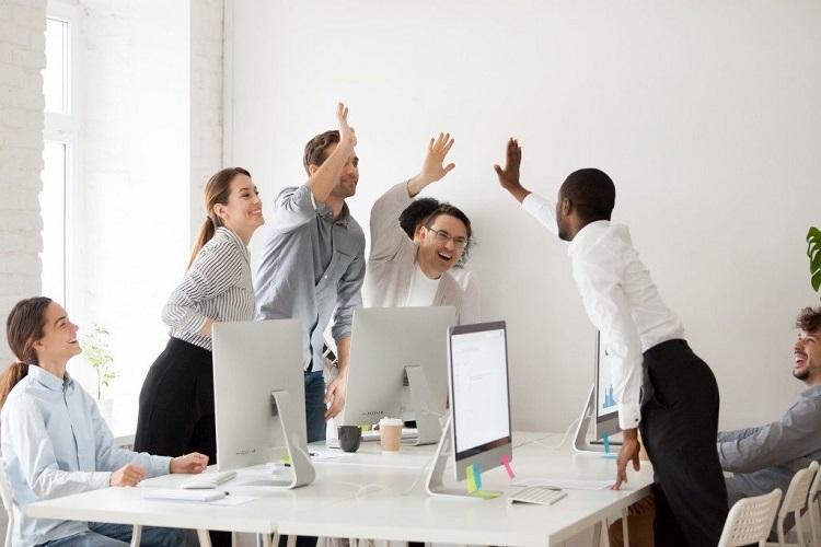 Doanh nghiệp tạo cơ hội phát triển toàn diện cho nhân sự sẽ thu hút nhân tài gắn kết lâu dài. Ảnh: Shutterstock.