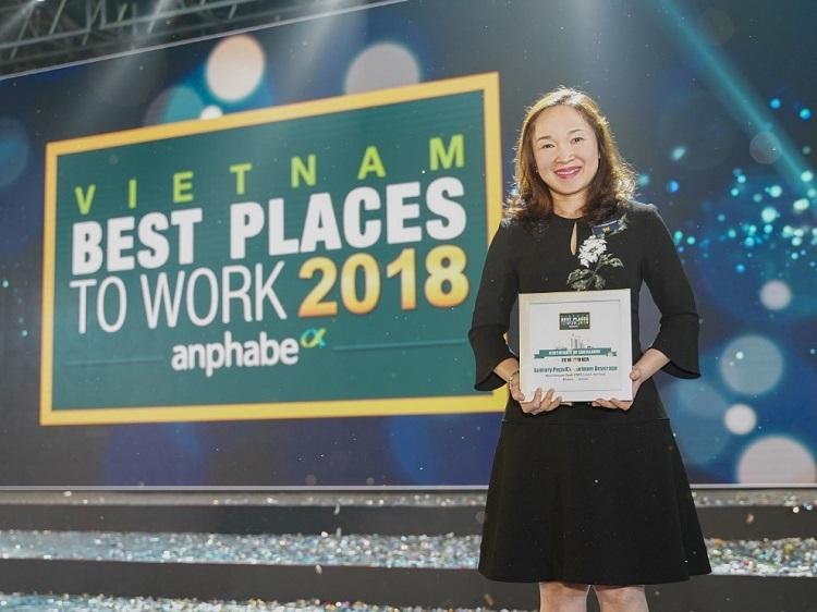 Bà Bà Văn Thị Anh Thư - Phó Tổng giám đốc Nhân sự và Đối ngoại,đại đại diện Suntory PepsiCo Việt Nam nhận giải tại lễ trao giải Nơi làm việc tốt nhất Việt Nam 2018.