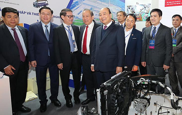 Thủ tướng cùng các thành viên Chính phủ và một sốdoanh nhân bên lề Hội nghị đối thoại với doanh nghiệp, ngày 23/12. Ảnh: Ngọc Thành