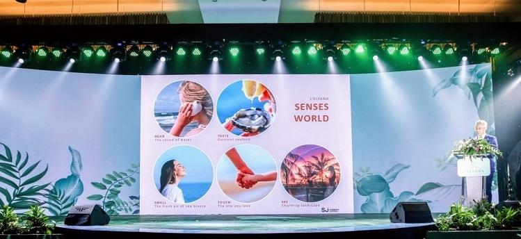 Kiến trúc sư Kevin Chan từ công ty Surbana Jurong chia sẻ, quần thể được thiết kế như một thế giới nghỉ dưỡng hội tụ đầy đủ khách sạn, khu nghỉ dưỡng, biệt thự, căn hộ, nhà phố, công viên, câu lạc bộ du thuyền, nhà hàng... Mỗi hạng mục đều được thiết kế độc đáo và vận hành bởi những nhà quản lý danh tiếng thế giới.   LAlyana Senses World hứa hẹn là kết tinh của những tiện ích nghỉ dưỡng đỉnh cao kết hợp với giải trí và chăm sóc sức khoẻ, nơi du khách có thể tận hưởng không gian như tại thiên đường nghỉ dưỡng Santorini (Hy Lạp) hay những khu du lịch sang trọng dưới rừng nhiệt đới tại Bali (Indonesia).  - 677777-2-3629-1577261678 - L'Alyana Senses Word Phú Quốc kỳ vọng thành 'tâm điểm' đảo Ngọc