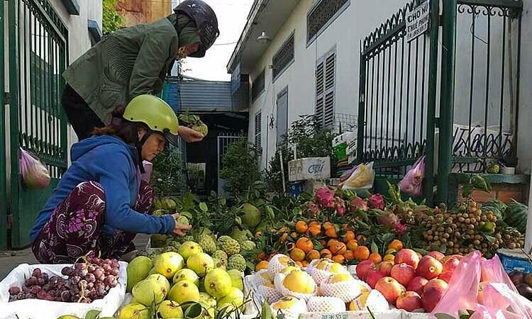 Sạp trái cây trên đường Lê Đức Thọ (Gò Vấp). Ảnh: Hồng Châu.