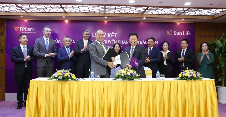 Buổi ký kết hợp tác giữa Sun Life Việt Nam và TPBank diễn ra với sự góp mặt của ông Larry Madge.