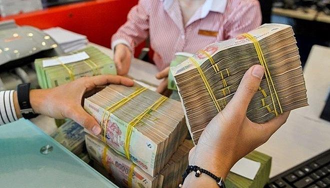 Giao dịch tại một ngân hàng cổ phần ở TP HCM. Ảnh: QH.
