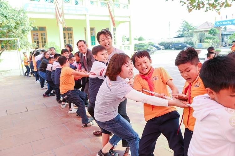 Nhân viên Fuji Xerox tham gia các hoạt động vui chơi  Fuji Xerox tặng tài liệu học tập cho trẻ em Hải Phòng và Đồng Nai eee 3979 1577331324