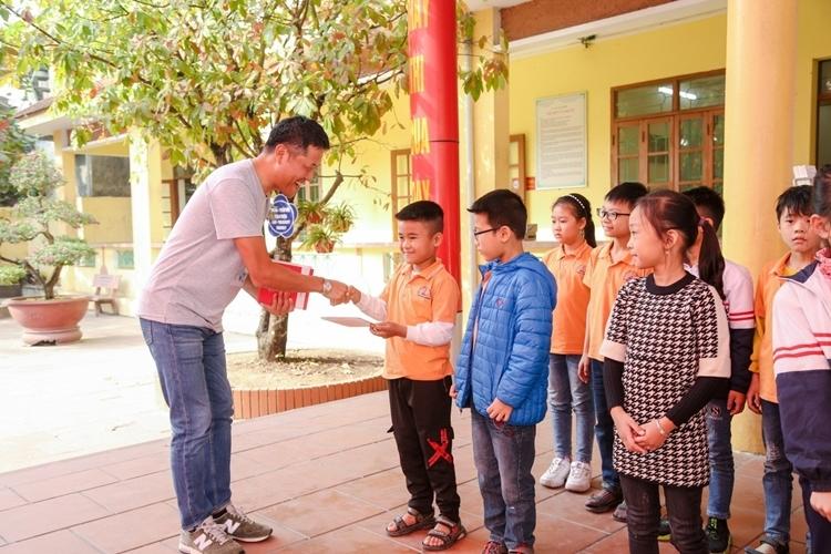 Tổng Giám Đốc Fuji Xerox Việt Nam, ông Yanagiya Masaaki trao tặng bộ sách truyện cho các em tại trường Tiểu Học Lại Xuân, huyện Thủy Nguyên, Hải Phòng.  Fuji Xerox tặng tài liệu học tập cho trẻ em Hải Phòng và Đồng Nai qqq 6412 1577331324