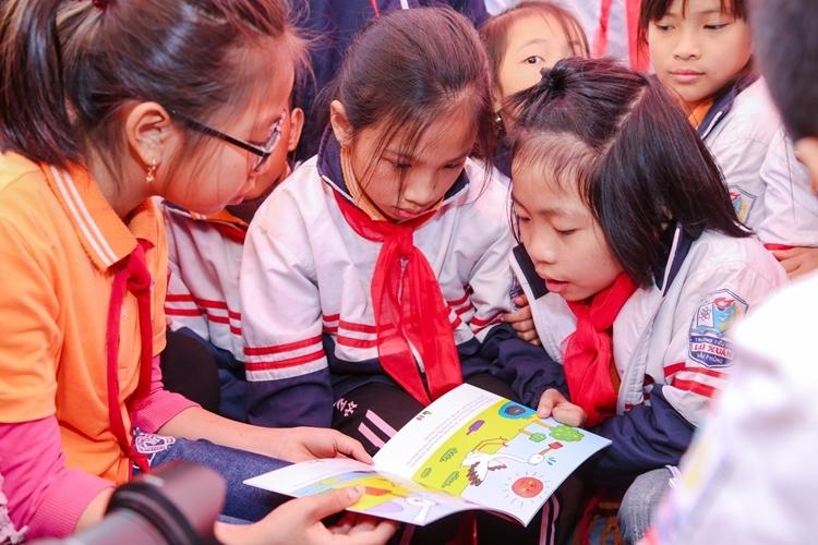 Các em đọc sách được Fuji Xerox trao tặng.  Fuji Xerox tặng tài liệu học tập cho trẻ em Hải Phòng và Đồng Nai www 4815 1577331324