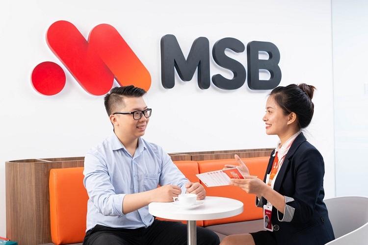 Nhân viên MSB tư vấn khách hàng các chương trình ưu đãi